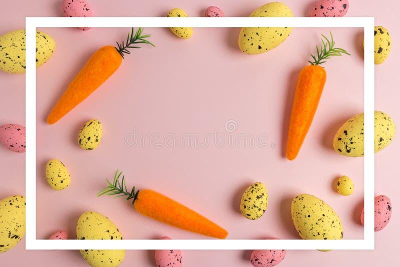 Modelo creativo de Pascua de zanahorias y de huevos coloridos en fondo rosado Composición mínima de Pascua Endecha plana libre illustration