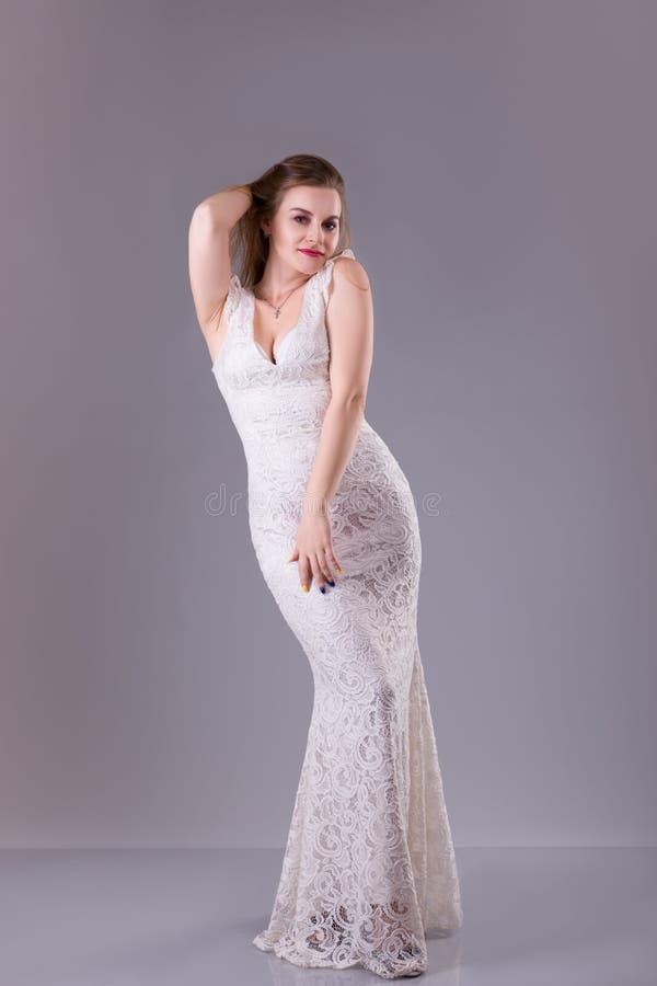 Modelo Curvy con el pelo largo, labios rojos que llevan igualando el vestido blanco Moda de la mujer del tamaño extra grande imágenes de archivo libres de regalías