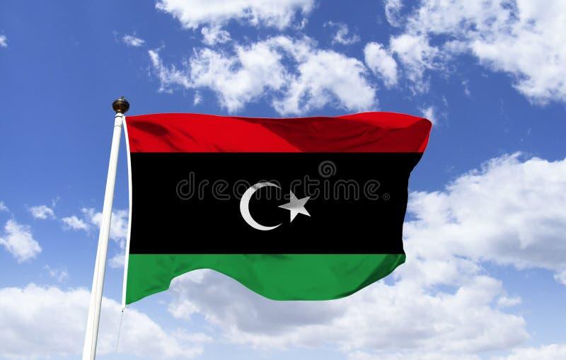 Modelo da bandeira de Líbia, vibrando sob um céu azul imagens de stock royalty free