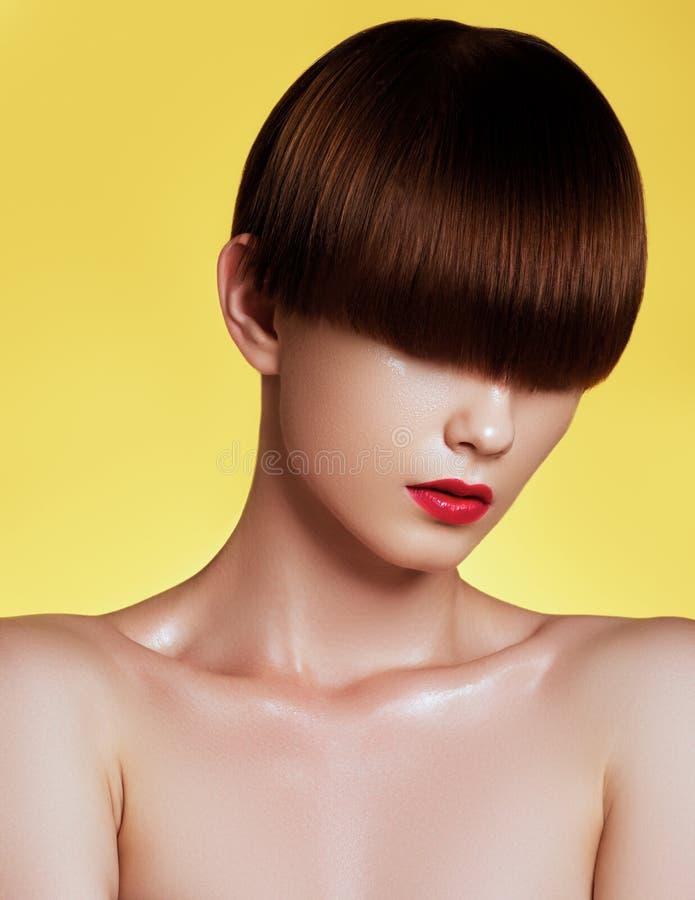 Modelo da beleza com cabelo marrom lustroso perfeito Retrato do close-up fotografia de stock