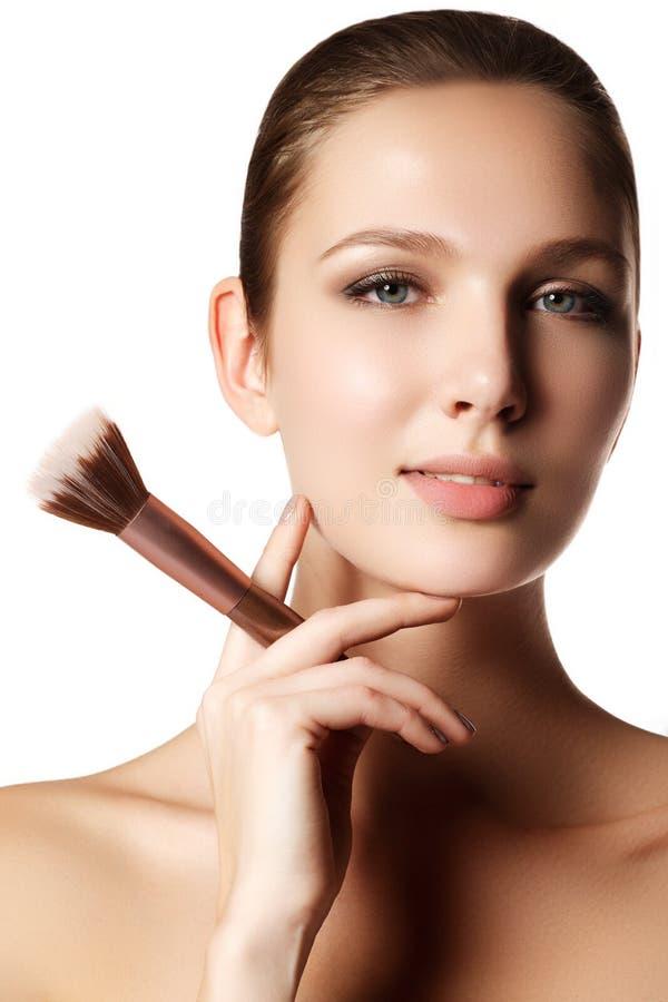 Modelo da beleza com escova da composição Brilhante compense pelo woma moreno imagem de stock