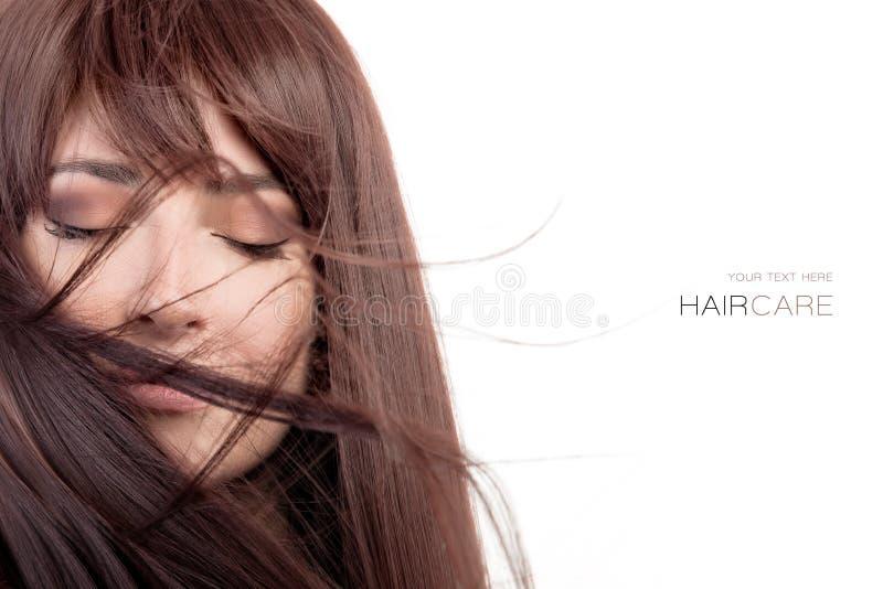 Modelo da beleza com o cabelo longo saudável que funde sobre a cara imagens de stock