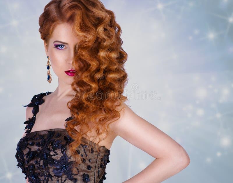 Modelo da beleza com uma composição brilhante da noite jóia menina glamoroso luxuoso do ruivo com encaracolado imagens de stock