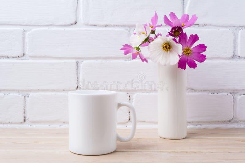 Modelo da caneca de café branco com a margarida branca e cor-de-rosa fotografia de stock royalty free