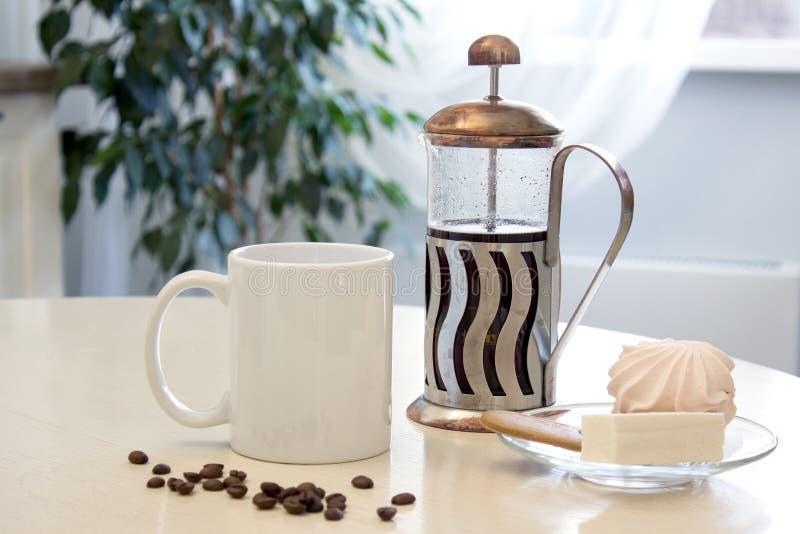 Modelo da caneca de café no interior da cozinha Copo cerâmico branco na tabela com uma imprensa francesa e alguma sobremesa ilustração do vetor