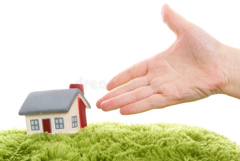Modelo da casa com mão imagem de stock royalty free