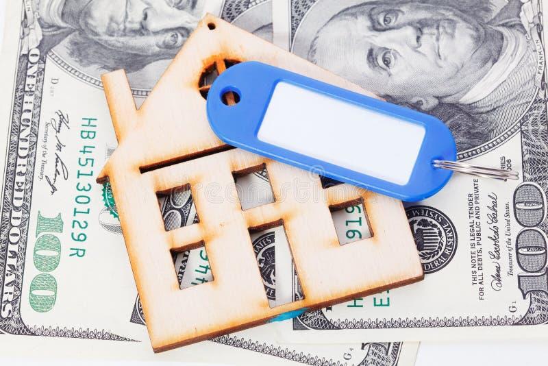Modelo da casa de madeira com notas de dólar Construção de casa, empréstimo, bens imobiliários, custo do alojamento ou compra um  fotografia de stock royalty free
