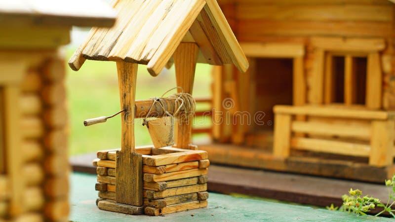 Modelo da casa de madeira com uma tração-bem fotos de stock