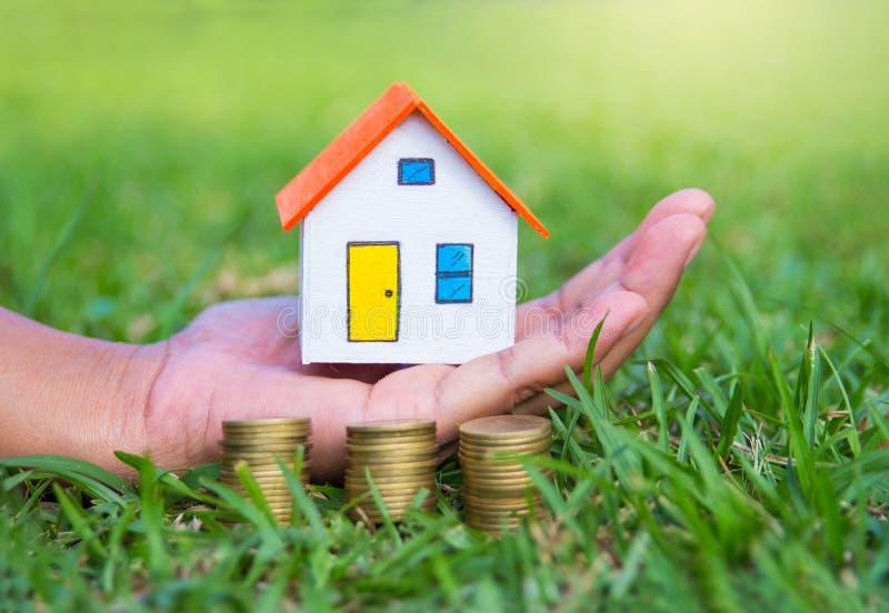 Modelo da casa e dinheiro da moeda disponível fotografia de stock