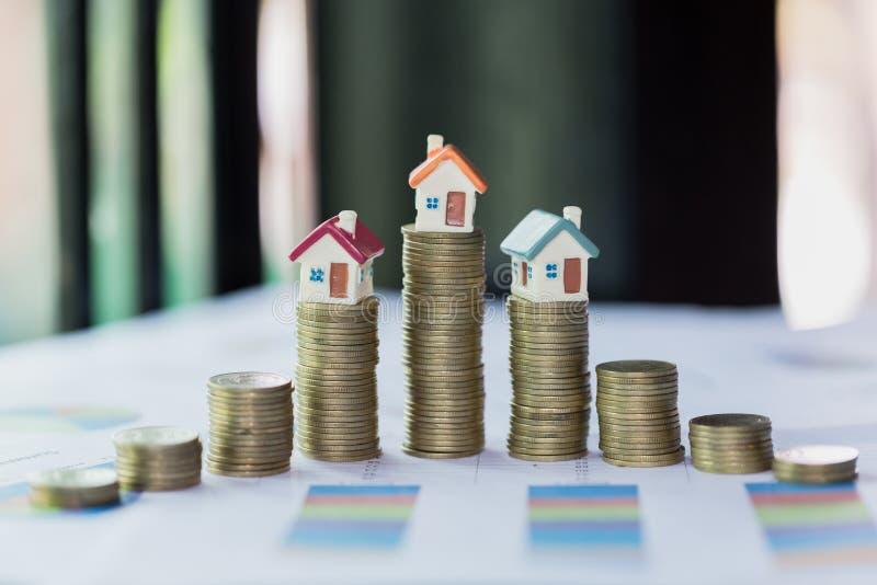 Modelo da casa sobre a pilha de dinheiro como o crescimento do crédito de hipoteca, conceito da gestão da propriedade Invesment e imagens de stock