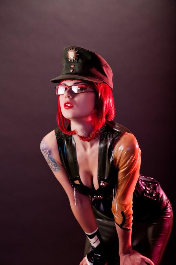 Modelo da fetiche vestido no látex militar imagens de stock royalty free