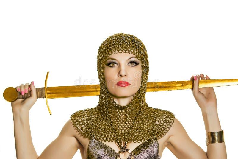 Modelo da jovem mulher na armadura de viquingue com espada imagens de stock