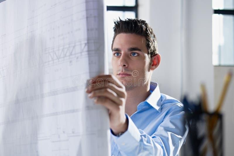 Modelo da leitura do arquiteto no escritório fotografia de stock royalty free