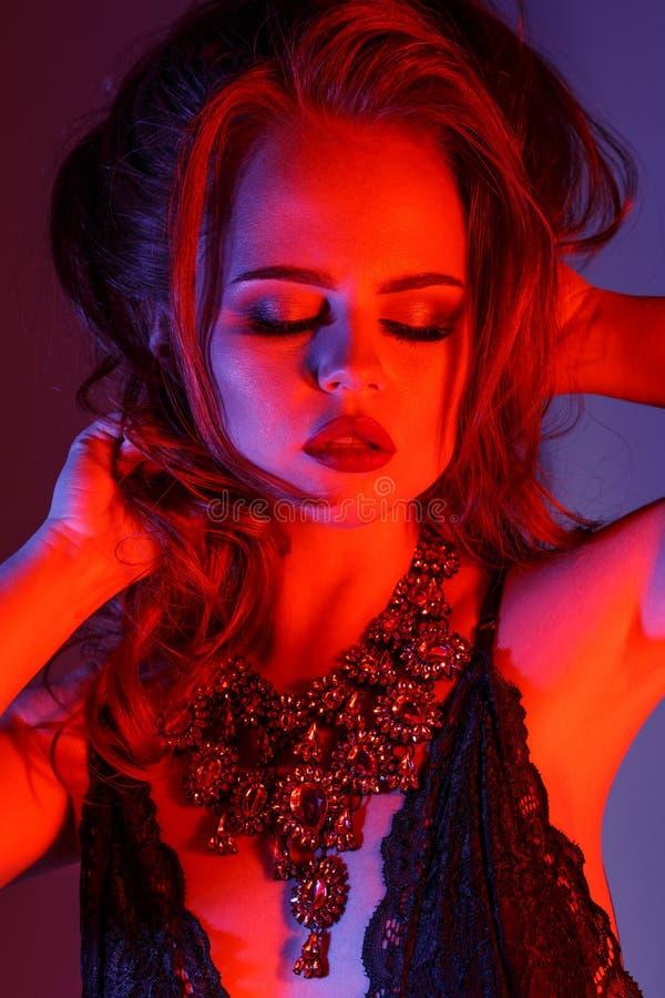 Modelo da menina da alta-costura com composição na moda em l brilhante colorido foto de stock