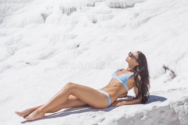 Modelo da mulher do turista no roupa de banho em Pamukkale, Turquia foto de stock royalty free