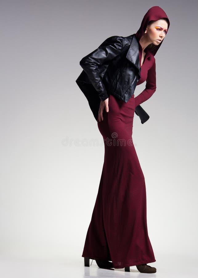 Modelo da mulher que levanta muito dramático em uma instalação mínima do estúdio imagens de stock