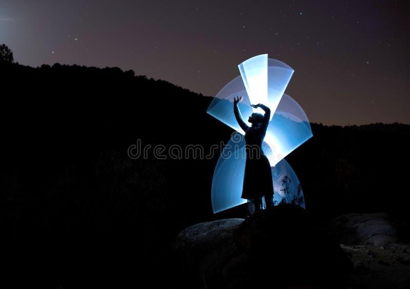 Modelo da noite no cenário da montanha e iluminado com luzes imagens de stock