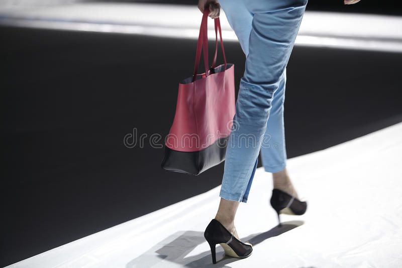Modelo da pista de decolagem do desfile de moda fotos de stock royalty free