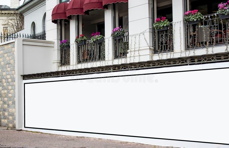 Modelo da placa do quadro de avisos e quadro vazio do molde para o logotipo ou texto no fundo exterior da cidade da tela do carta fotografia de stock