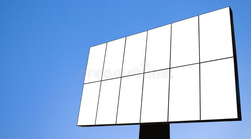 Modelo da placa do quadro de avisos e quadro vazio do molde para o logotipo ou texto no fundo exterior da cidade da tela do carta foto de stock