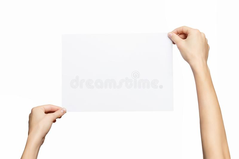 Modelo das mãos fêmeas que mantêm a lista do papel vazio isolada no fundo branco imagens de stock
