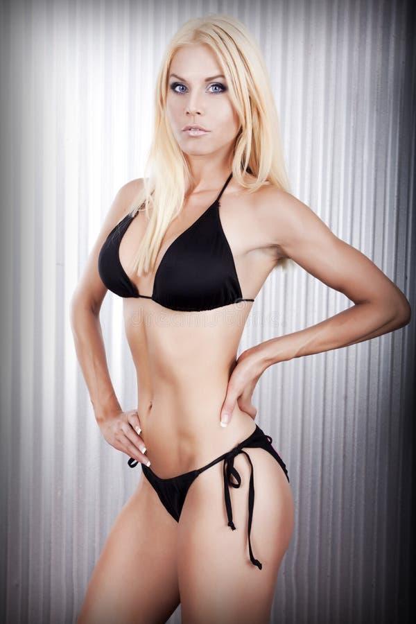 Modelo das mulheres da aptidão do biquini fotografia de stock