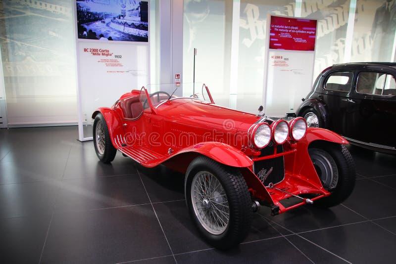 Modelo de Alfa Romeo 8C 2300 Mille Miglia na exposição no museu histórico Alfa Romeo foto de stock