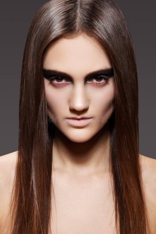 Modelo de alta manera. Maquillaje de la tarde, pelo recto foto de archivo libre de regalías