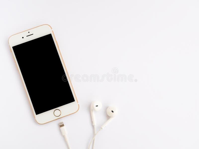 Modelo de Apple iPhone7 e modelo de Apple EarPods fotografia de stock royalty free