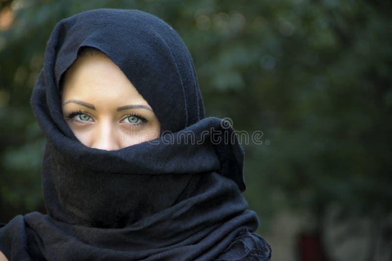 Modelo de cabelo preto longo com olhos azuis foto de stock royalty free