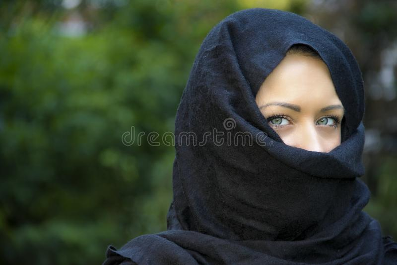 Modelo de cabelo preto longo com olhos azuis fotos de stock royalty free