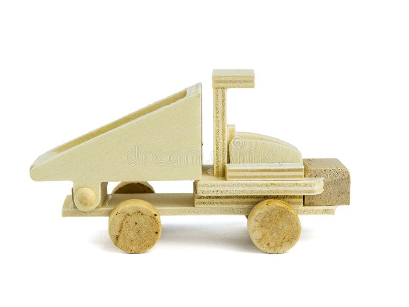 Modelo de camión volquete de madera aislado en el fondo blanco Vista lateral imagen de archivo libre de regalías
