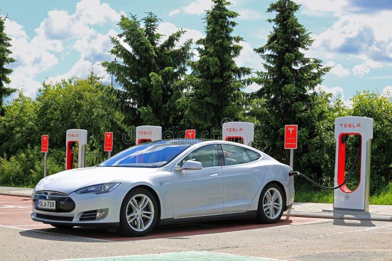 Modelo de carregamento S Battery de Tesla na estação do compressor de Tesla fotografia de stock royalty free