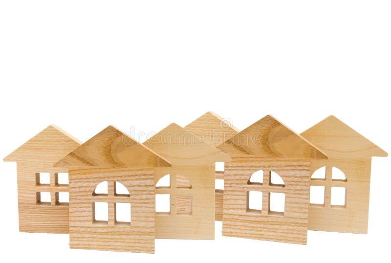 Modelo de casas de madeira no fundo branco, isolado, conceito de imagens de stock