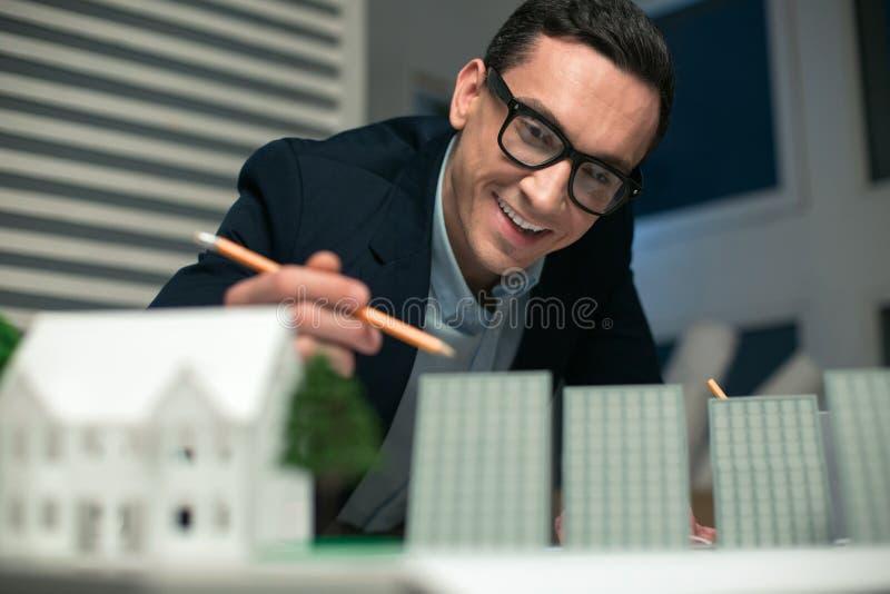 Modelo de compilação do coordenador masculino contente foto de stock royalty free