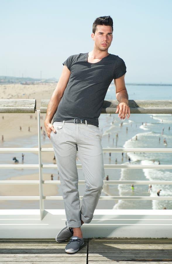 Modelo de fôrma masculino que está na praia fotografia de stock royalty free