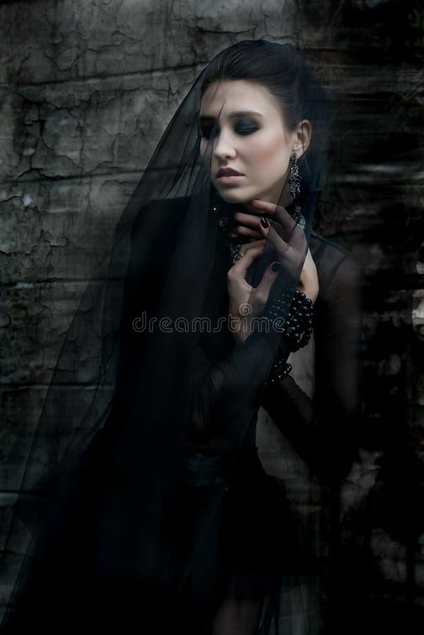 Modelo de Fashiom vestido en estilo gótico vamp foto de archivo