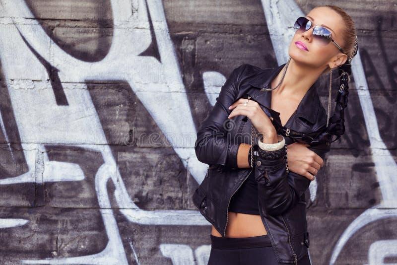 Modelo de forma à moda nos óculos de sol imagem de stock
