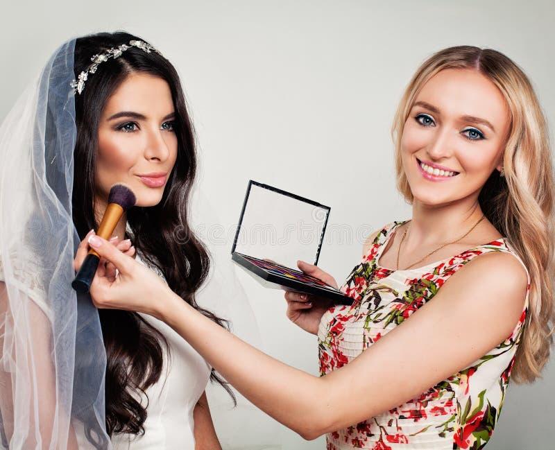 Modelo de forma agradável Bride e maquilhador da mulher imagem de stock royalty free