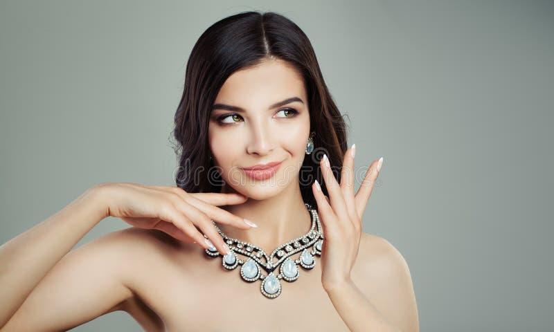 Modelo de forma agradável da mulher que veste Diamond Jewelry Necklace fotos de stock