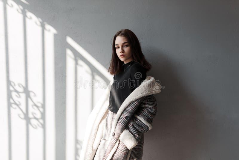 Modelo de forma atrativo bonito novo da mulher em uma camisa preta elegante em um revestimento quadriculado elegante em calças ci imagem de stock royalty free