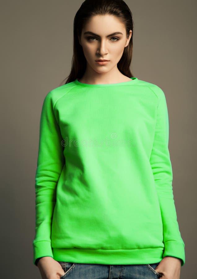 Modelo de forma bonito com ligação em ponte verde fotografia de stock