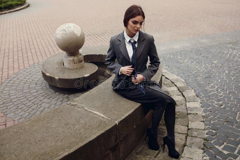Modelo de forma bonito In Fashionable Clothing na rua imagens de stock