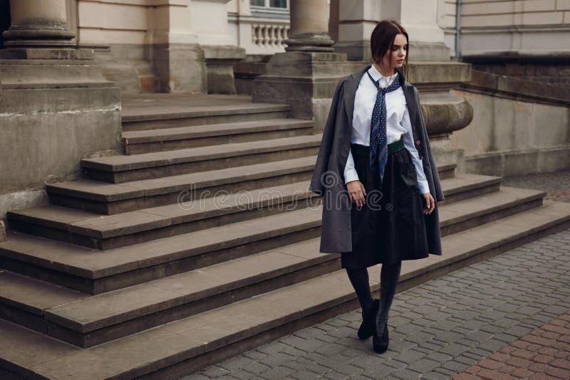 Modelo de forma bonito In Fashionable Clothing na rua imagem de stock royalty free