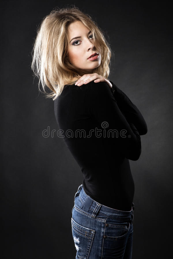 Modelo de forma bonito na roupa ocasional fotografia de stock royalty free