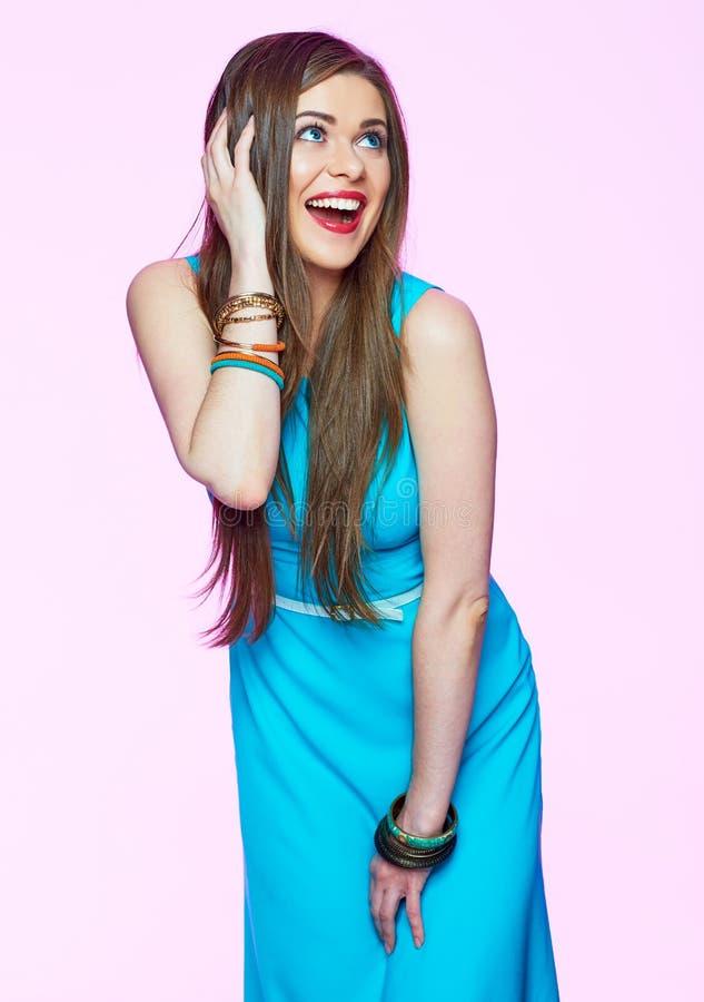 Modelo De Forma Bonito No Vestido Azul Que Levanta O Positivo Imagem De Stock