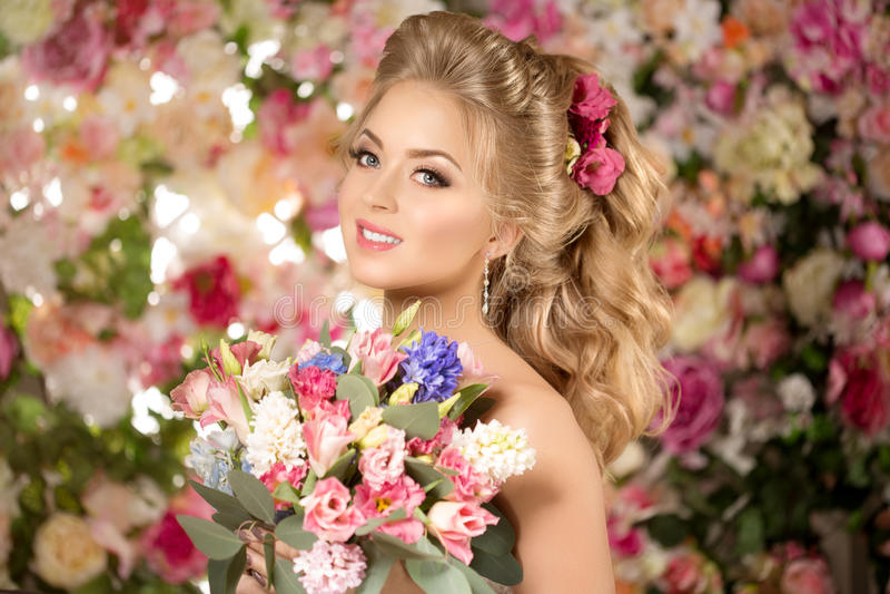 Modelo de forma bonito Noiva sensual Mulher com cabelo do casamento foto de stock royalty free