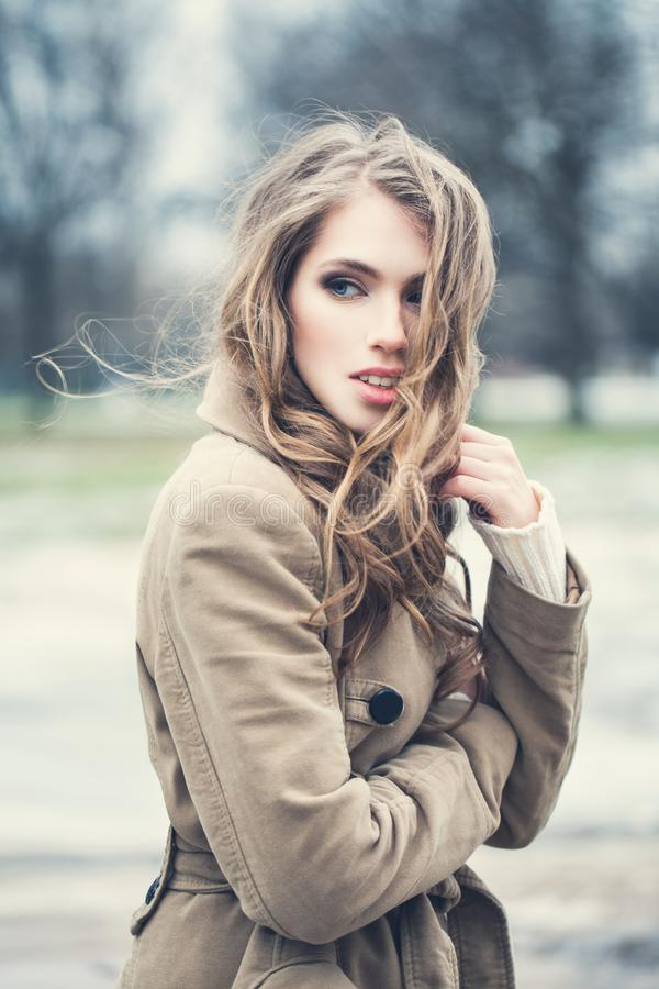 Modelo de forma bonito Outdoors da mulher imagens de stock