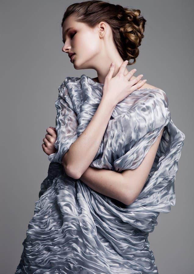 Modelo de forma bonito que veste o vestido de seda azul foto de stock royalty free