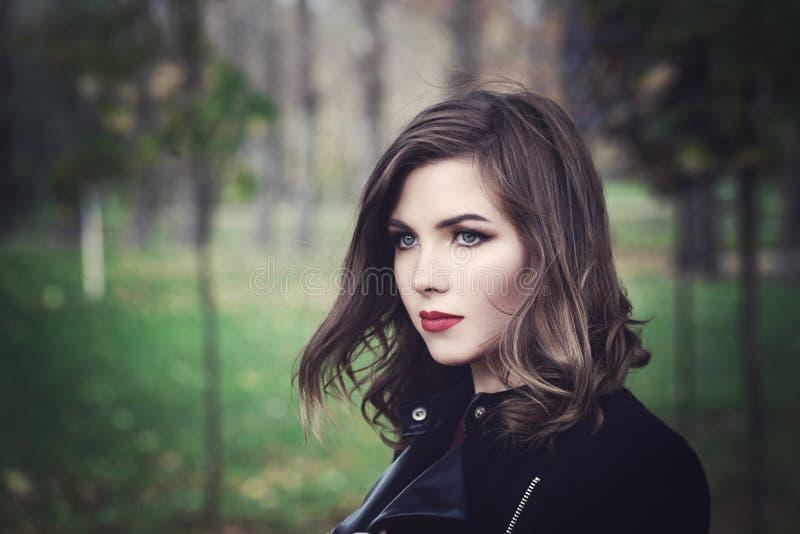 Modelo de forma bonito Walking da jovem mulher no parque fotografia de stock